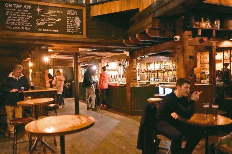 英相強生宣布,受疫情衝擊最深的英格蘭部分地區從14日起關閉酒吧和酒館。路透