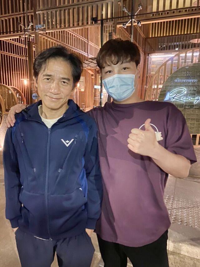 有網友偶遇梁朝偉,開心與對方合照。 圖/摘自微博