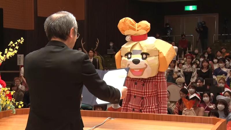 日本金澤美術工藝大學將畢典打造成變裝秀。圖為打扮成「動物森友會」角色「西施惠」的學生。圖擷取自YOUTUBE