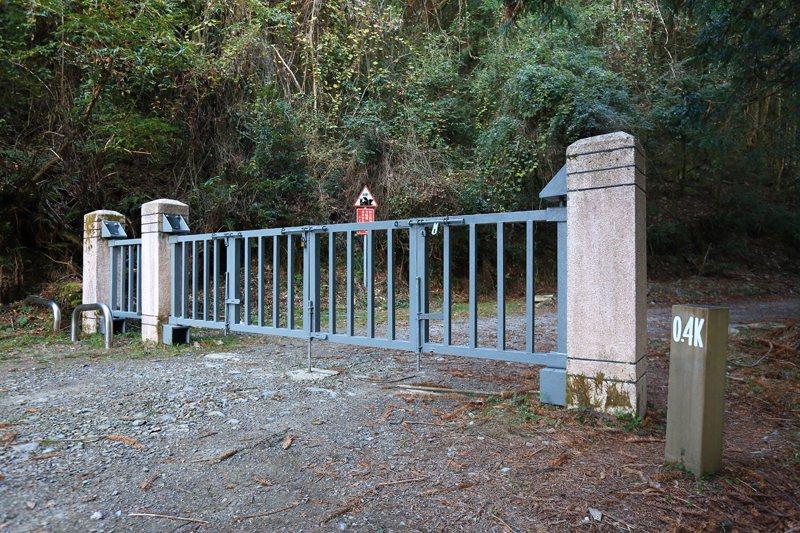 大鹿林道東線0.4k處的柵門,讓山友又愛又恨。恨的是過長的距離與特權官員,愛的是排除一次性團客保持此地的清幽舒適。 圖/作者自攝