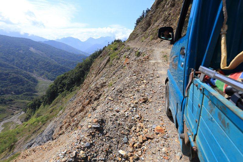 石山林道一景,大面積崩塌地讓往來車輛隨時置身危險之中,在九二一地震與八八風災洗禮後,全台大部分的林道都有地質破碎的問題。 圖/作者自攝