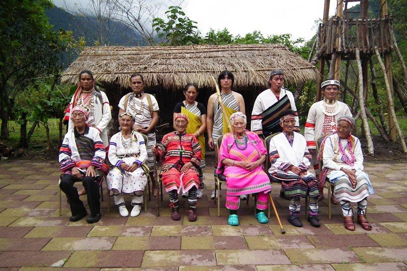 2011年10月的活動,紋面耆老出席,並與中壯輩合影。 圖/山月村提供