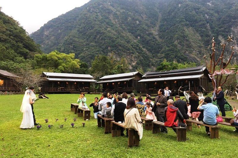 草坪上的婚禮。 圖/山月村提供