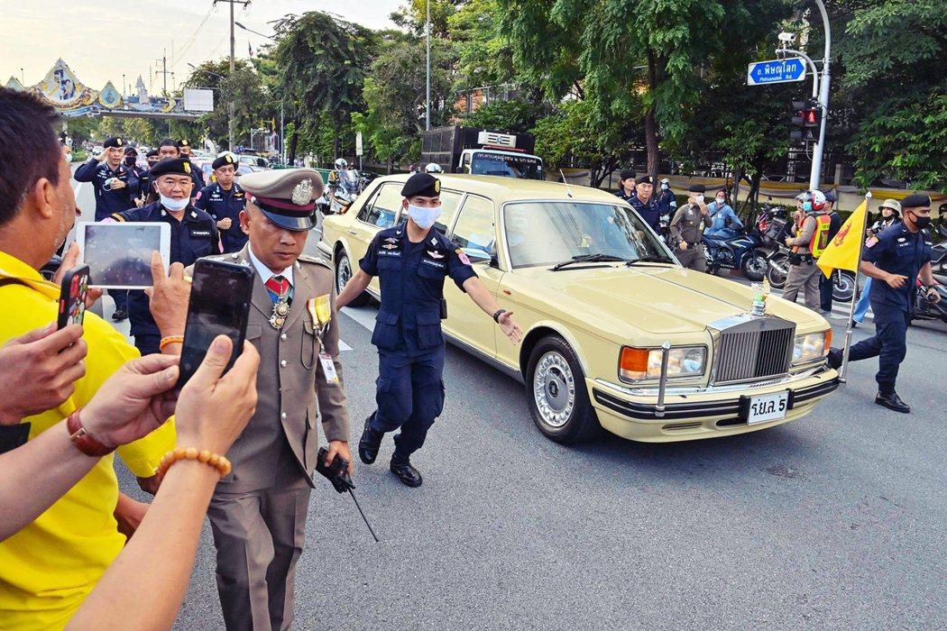 14日集會當日,王室車隊如先前所強硬地預告,仍舊在憤怒群眾的包圍中駛入經過抗爭路...