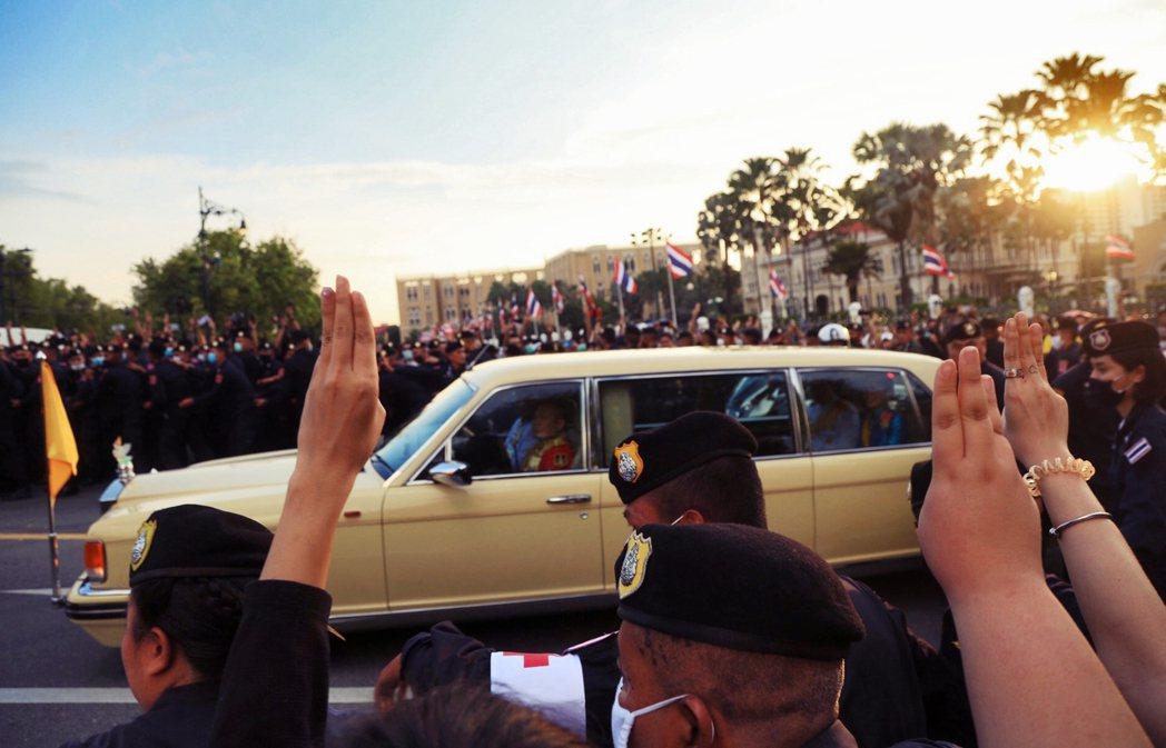 「把老子的稅金還來!」人們向王室車隊高舉三指,重申「民族、宗教、人民」才是泰國的...