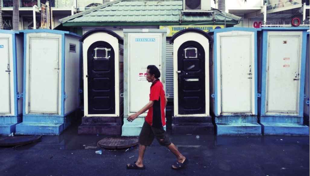 曼谷是個公共廁所不足的城市。大小集會中,上廁所也就成了頭痛且重要的問題。圖為20...