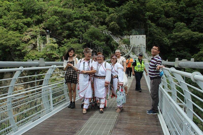 山月吊橋上的太魯閣族人。 圖/聯合報系資料照