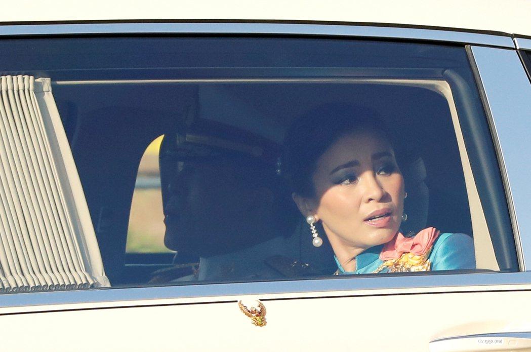 面對過往罕見、直白針對王室的憤怒吶喊,座車裡的王后素提達臉帶詫異地回頭。 圖/路...
