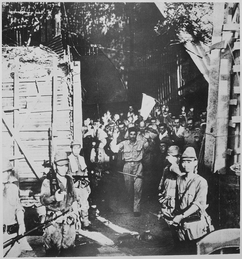 1942年美菲聯軍人員走出馬仁達隧道,向日軍投降。 圖/維基共享