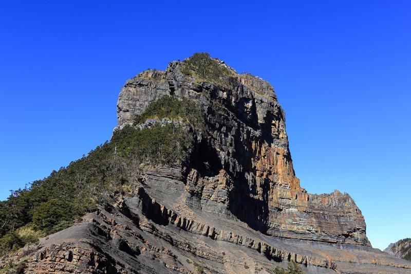 大霸尖山東南面,登頂並非全程攀岩,而是從樹林生長一側而上。 圖/作者自攝