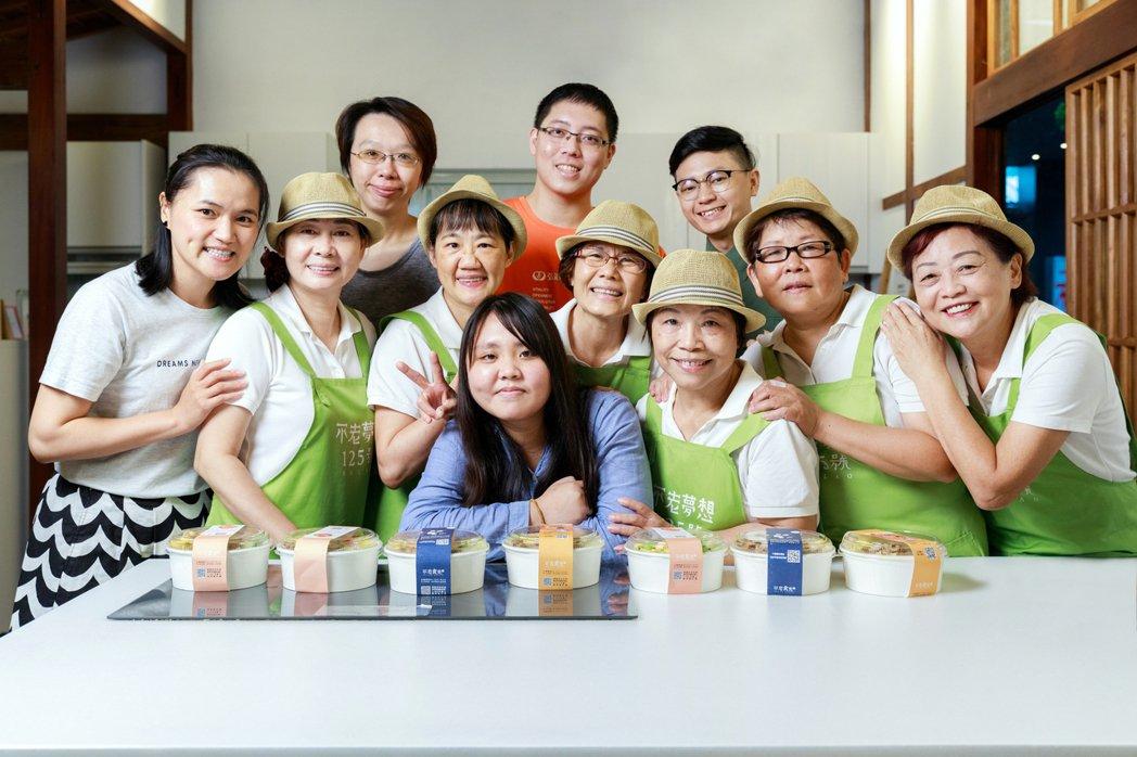 有了年輕人的專業與陪伴,才能讓熟齡族再進入職場更加順利。 圖/陳軍杉攝影