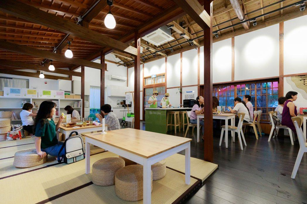 不老夢想125號為弘道老人福利基金會在台中青銀共創的實驗場域,標榜回家吃飯,以阿...