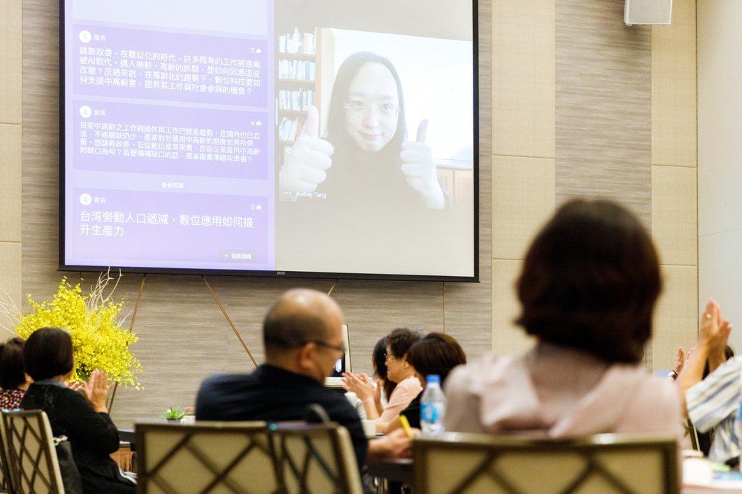 行政院政務委員唐鳳與NPO分享他的退休經驗。 圖/陳軍杉攝影