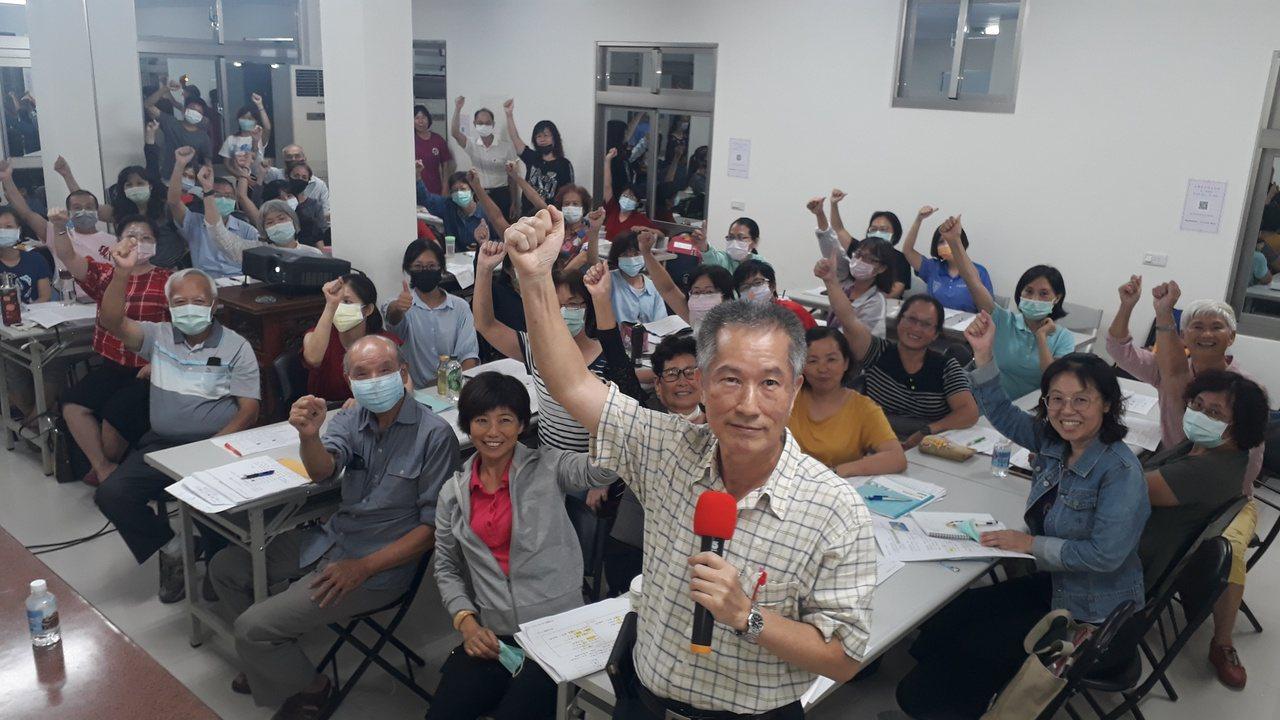退休國小校長黃良成樂當台語教學志工,自編客製化教材。 圖/周宗禎 攝影