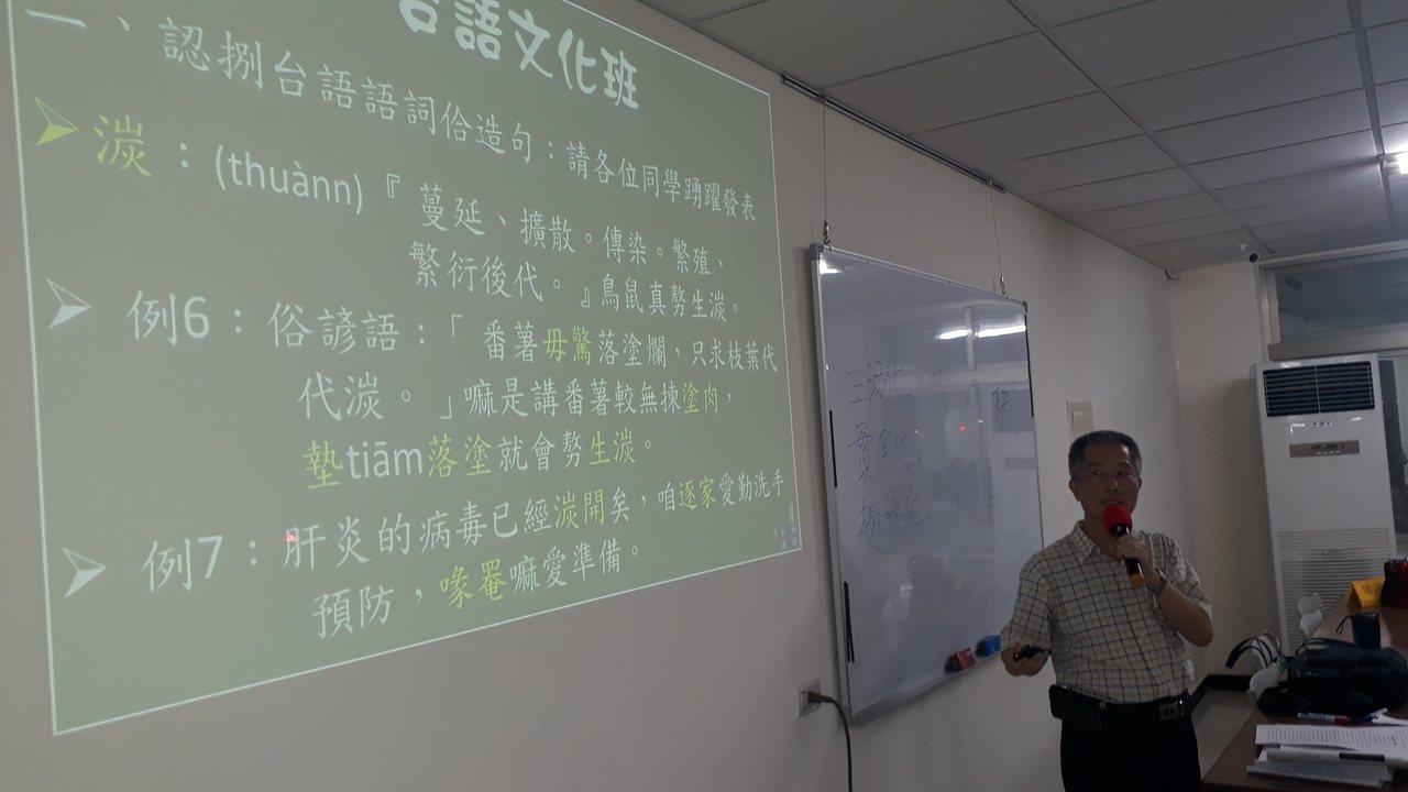 退休國小校長黃良成自編客製化教材,也常取材時事。 圖/周宗禎 攝影