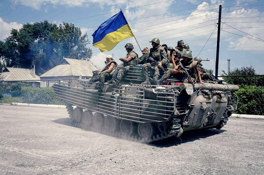 杭特在信中的備忘隨筆非常發散, 從支持烏克蘭擺脫俄羅斯戰略綁架、但嘲諷歐盟沒種擺...