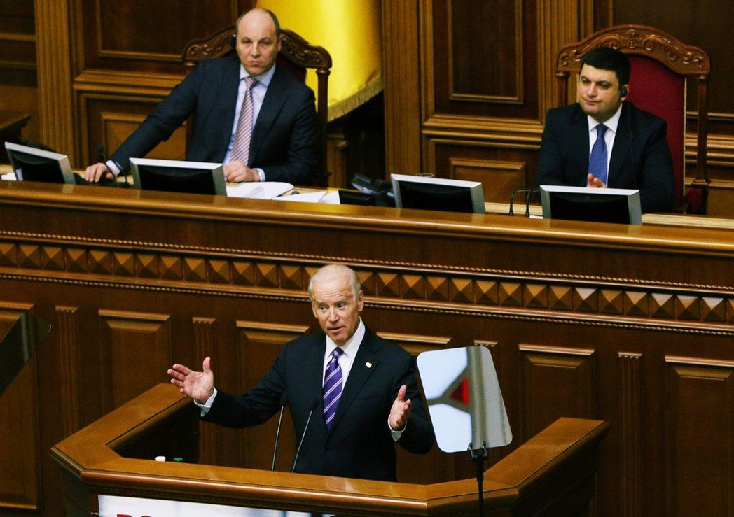 2015年,當時作為副總統的拜登前往烏克蘭國會進行演說。 圖/美聯社