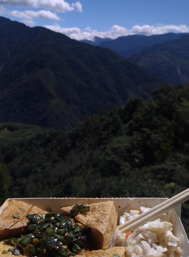 一名超愛臭豆腐的外國人在高山上享受臭豆腐的美味,更將「高山臭豆腐」照片PO上美國論壇Reddit,意外掀起話題。圖擷自Reddit