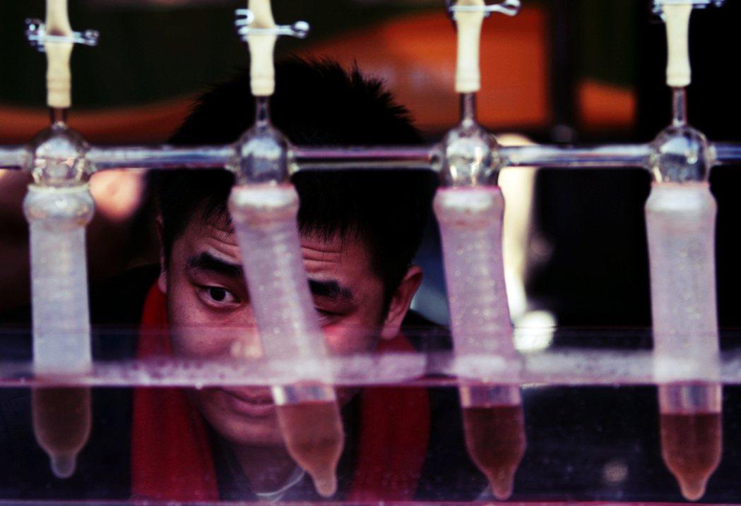 北京的宣導預防安滋病的保險套測試參觀。 圖/美聯社