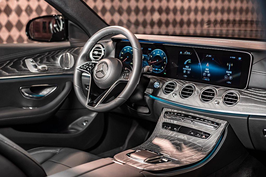 小改款賓士E-Class採用全新內裝飾板設計,另搭配全新電容式感應方向盤,亦導入...