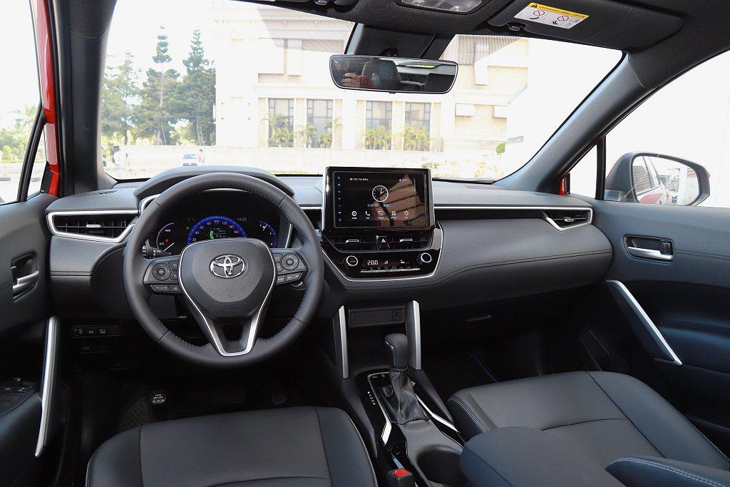 延續品牌新世代車型懸浮式控台螢幕設計風格,Toyota Corolla Cros...