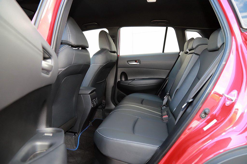 後車門787mm的開口高度相比其它都會跨界休旅,後座乘客可以更輕鬆地上下車。 記...