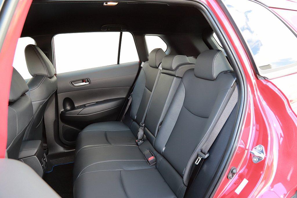 2,640mm軸距設定能提供適切的膝部空間,加上頭部與車頂距離增加以及後三角窗設...