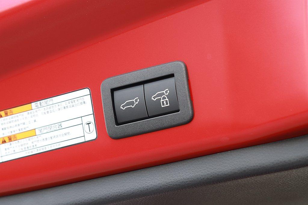 足踢式感應電動尾門,僅有Toyota Corolla Cross 1.8L Hy...