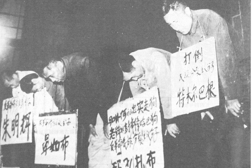 中國文革期間,共產黨在內蒙古自治區發動了大規模種族屠殺(genocide)。圖為...