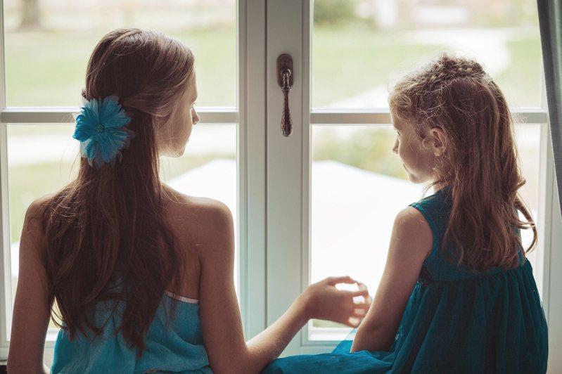 當我開始領悟到,姊姊和我再也不會像小時候那樣親密的時候,我被悲傷打敗了。姊姊一直都像我的母親一樣,是我心中的磐石,我實在無法忍受她的丈夫和小孩占據了她大半的生活。圖片來源:ingimage
