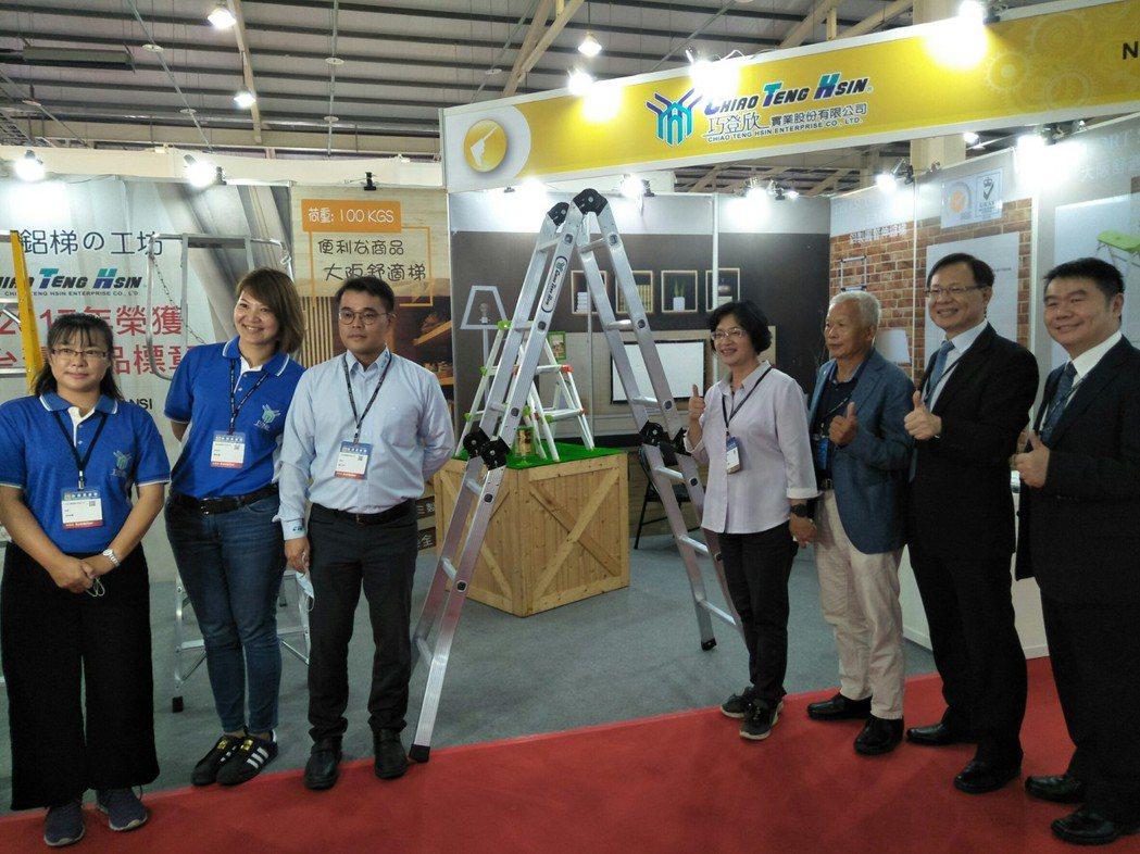 展出期間,彰化縣長王惠美專程蒞臨展區,為展商加油打氣。  彰化縣工業會/提供