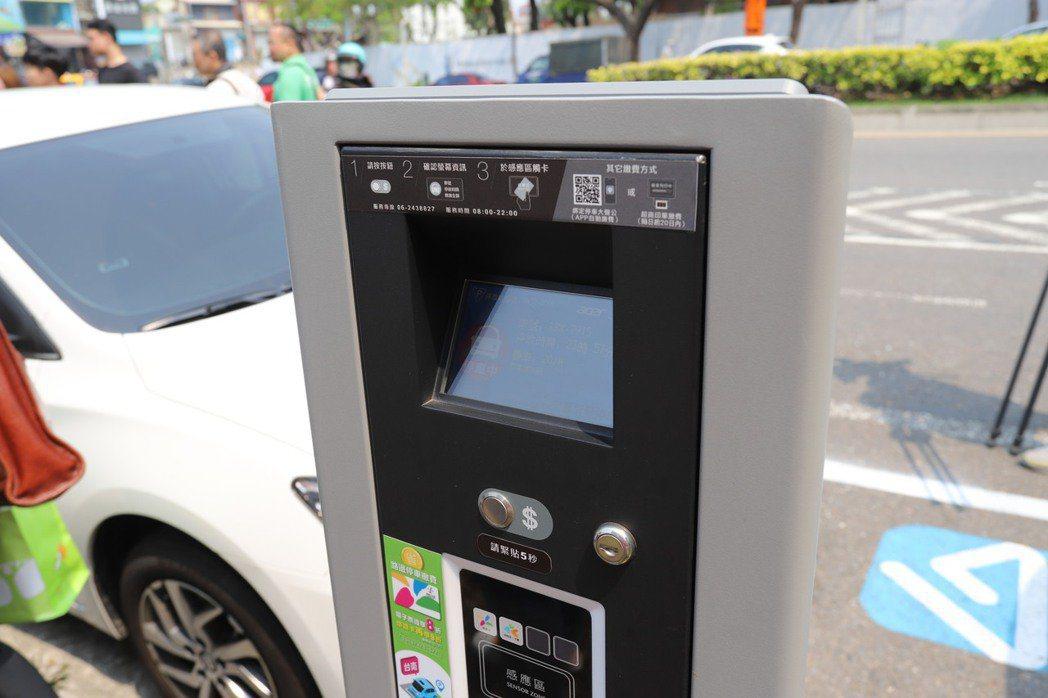 智慧路邊停車計費系統為宏碁智通自行研發,已導入台南市2,000格路邊停車位。 彭...