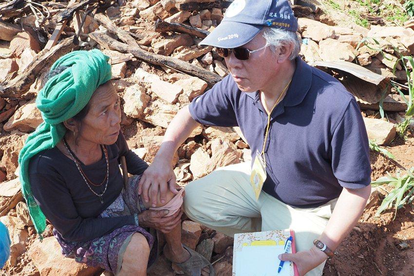 當年聯新尼泊爾期望醫療中心院長許詩典在瓦礫堆中為幫災民做檢查。 聯新國際醫院/提...
