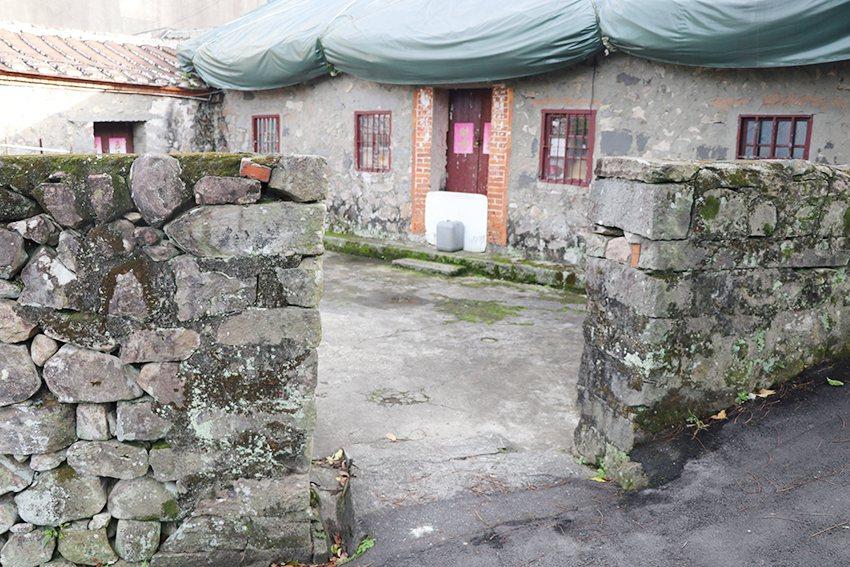 觀音山石砌建築,在牛寮埔聚落隨處可見。 十三行博物館/提供
