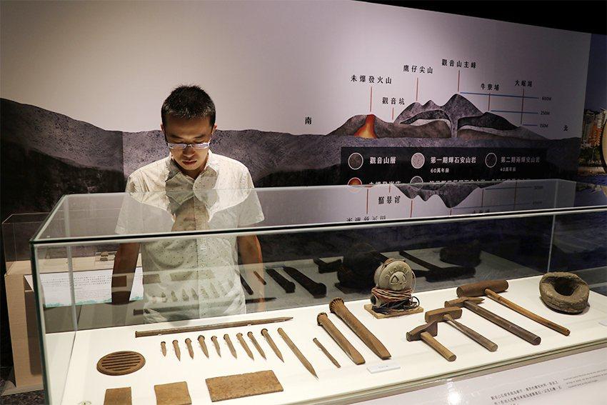 山水八里特展,展出觀音山打石產業工具。 十三行博物館/提供