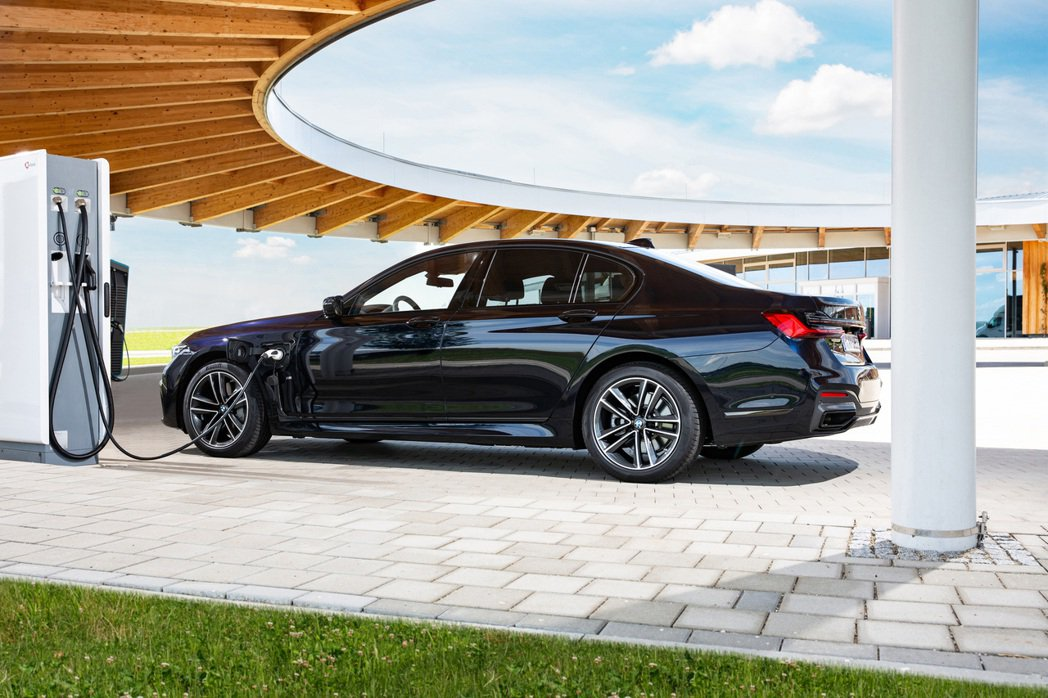 BMW 330e Plug-in Hybrid。 摘自BMW