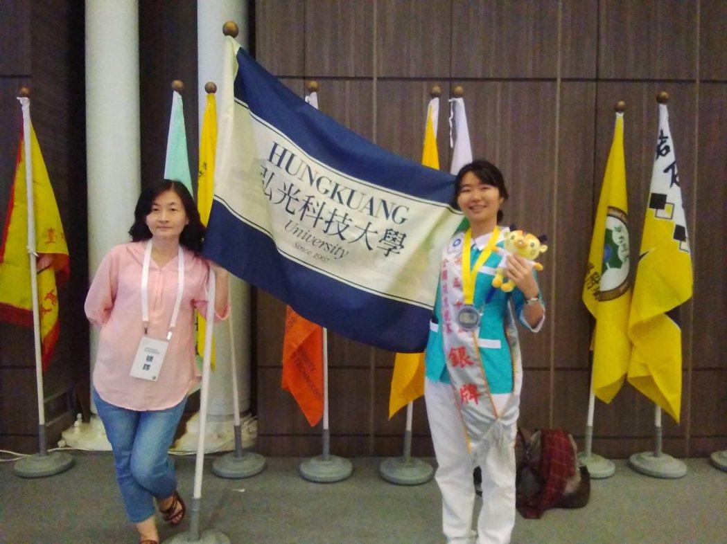 弘光科大護理系學生陳宛倫(右)通過護理師國考後再奪技職比賽亞軍。