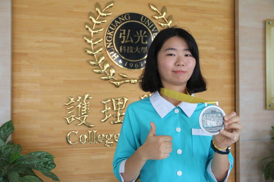弘光科大護理系學生陳宛倫通過護理師國考後再奪技職比賽亞軍。