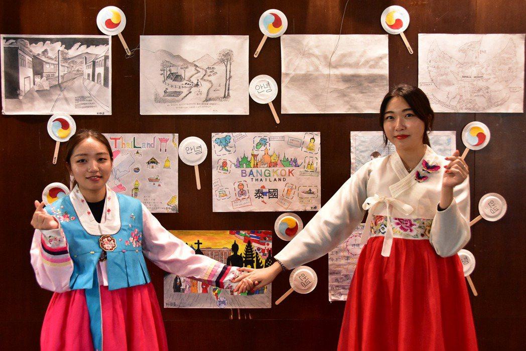 韓國同學指導大家完成太極扇製作。 明道大學/提供。