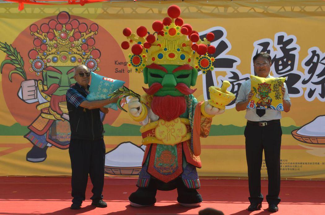 南鯤鯓代天府王連興董事長(左)、徐振能處長(右)與范府千歲合影。  陳慧明 攝影