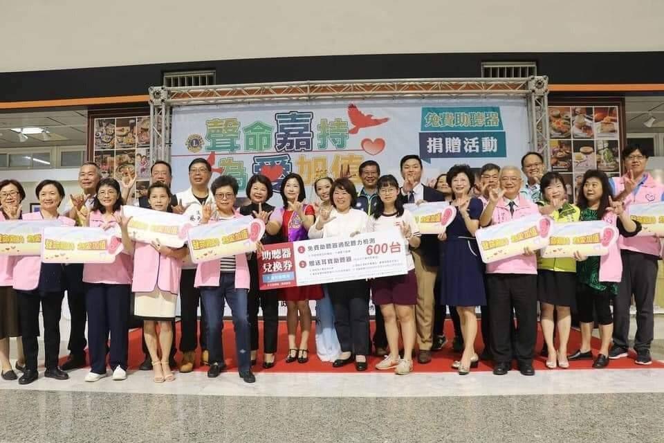 嘉義市長黃敏惠感謝元健董事長吳少暉捐600台助聽器,嘉惠市民。元健/提供