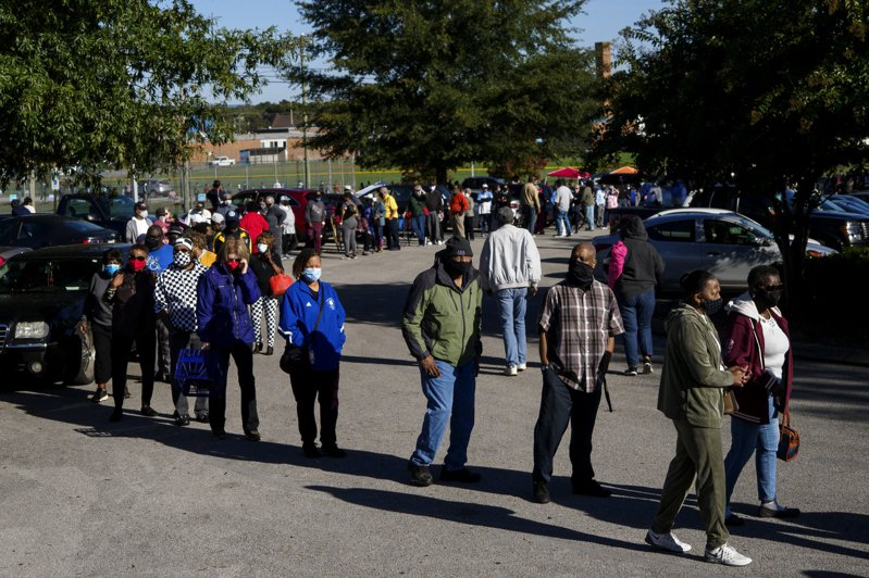 田納西14日開始提前投票,在曼斐斯,投票所開門兩小時,就有不少人提前排隊。(美聯社)
