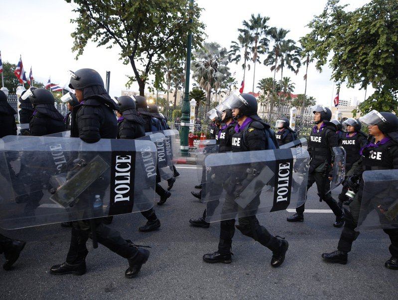 泰國警方今天根據最新頒布的全面緊急命令逮捕20多人,民主運動人士表示,當中包括至少3名反政府抗議領袖。 歐新社