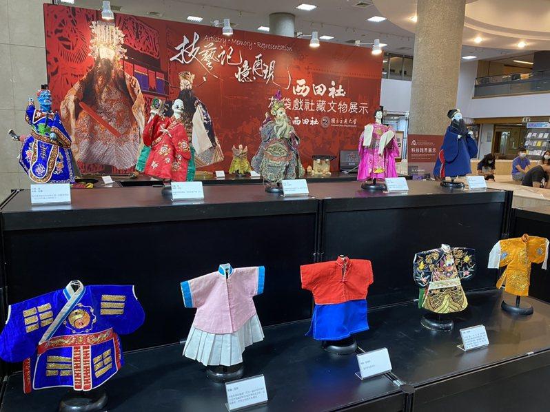 台灣西田社布袋戲社15日將典藏2000多件文物捐給交通大學保存與推廣,現場展出不少布袋戲偶等布袋戲文物。中央社