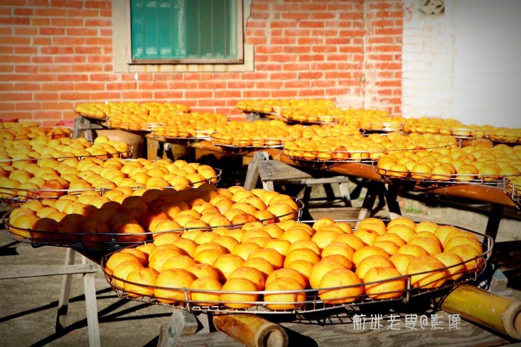 新埔有著悠久的製作柿餅的歷史,曬柿餅是代代相傳的傳統,從柿子到柿餅,需要半個月以上的晾曬和沉澱,晾曬前必須去皮再均勻地擺放在篩盤中,在太陽暴曬下,每天翻動,還需不停地揉捏使果肉曬勻,曬透,等出霜後儲存起來就成了香甜可口的柿餅。