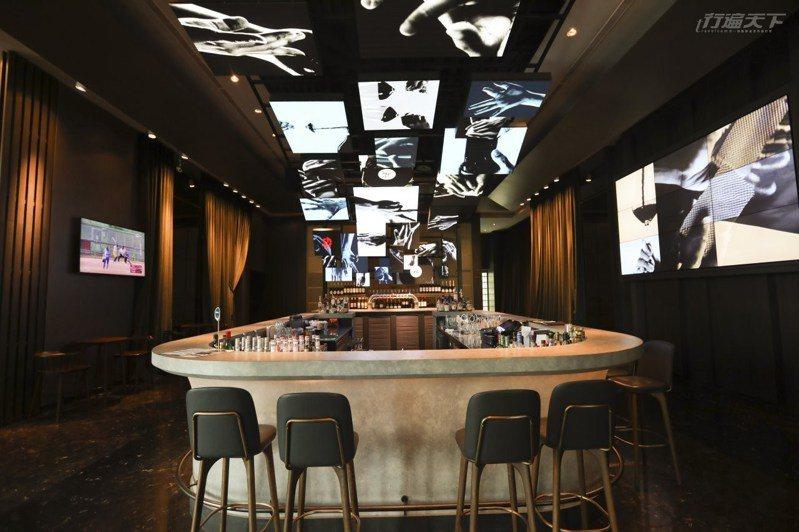 一入大廳的科技酒吧,30個大屏幕裡的手正邀你接觸著科技時尚未來。