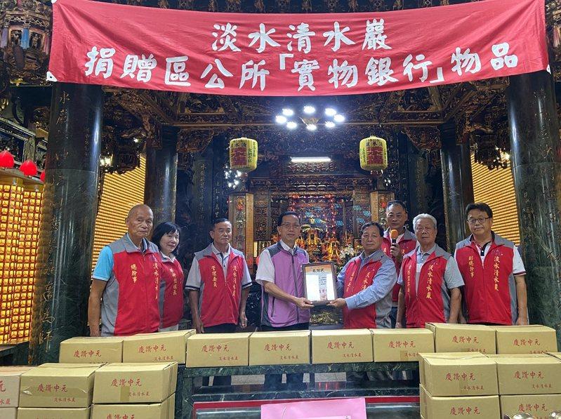 淡水清水祖師廟捐超過450箱的物資及800斤白米,給淡水區公所的實物銀行。 圖/紅樹林有線電視提供