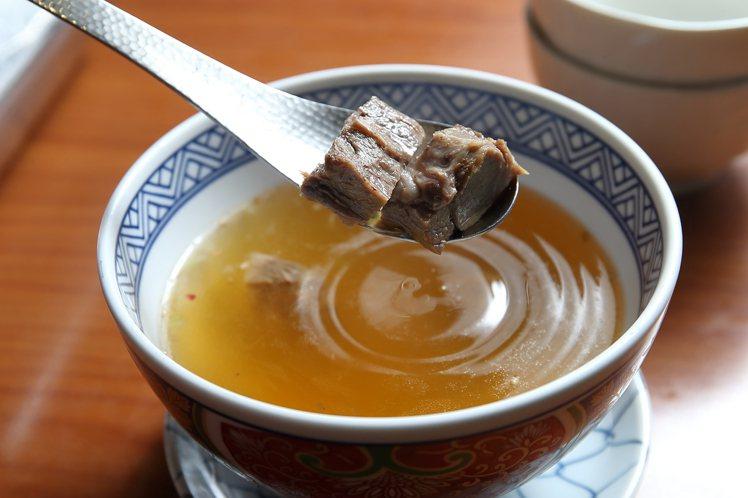 使用和牛熬煮的「白金牛肉湯」。記者陳睿中/攝影