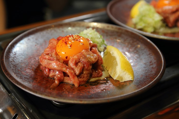 「生蛋拌生牛肉」有著生肉特有的鮮明肉感,卻不會過於蠻橫。記者陳睿中/攝影