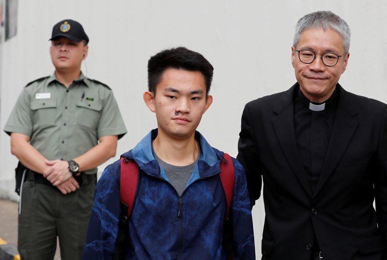 涉嫌在台灣殺害女友的港人陳同佳(中)二○一八年十月在香港聖公會教省秘書長管浩鳴(右)陪同下,從香港壁屋監獄獲釋。(路透)